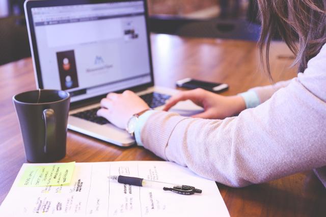 Alumno buscando las ventajas y desventajas de estudiar a distancia, a través de su portátil.