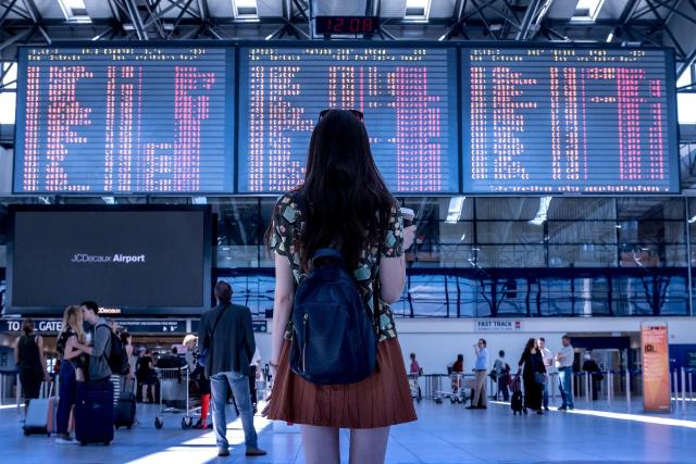 Mujer viajando por la libertad que le da el poder viajar a distancia.