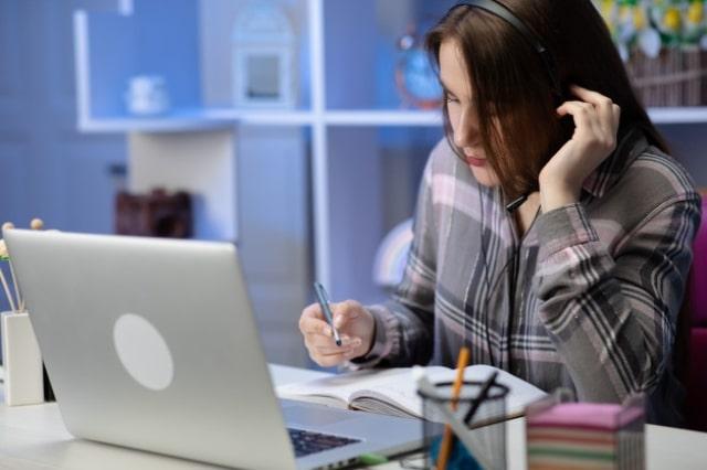 mujer estudiando a distancia por internet