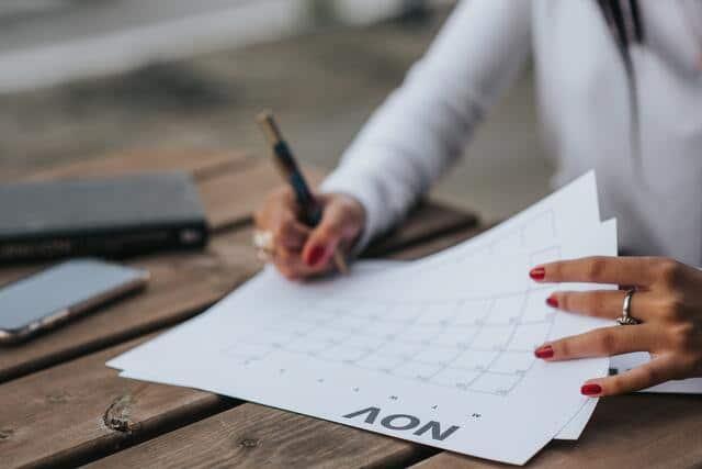Estrategias para estudiar a distancia. Persona planificando sus estudios en un calendario.