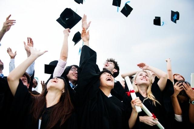 Estudiantes graduados a distancia