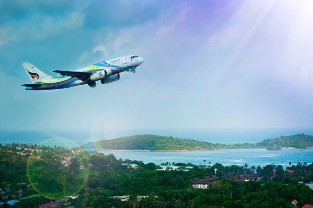 Estudiar a distancia desde otro país. Avión despegando en una isla paradisíaca.